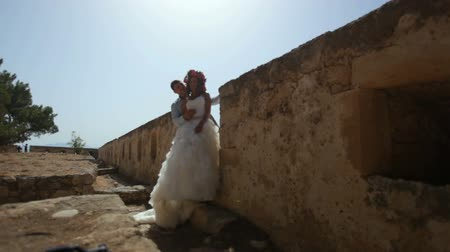 taş duvar : Happy bride and groom on the background of ancient ruins.