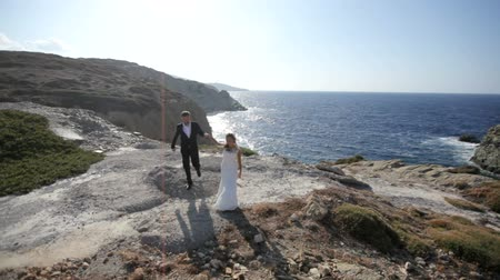 искренний : Happy Bride and groom on the seashore on their wedding day. slow motion
