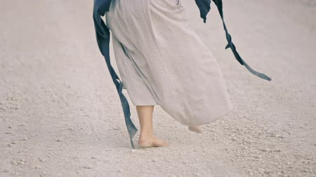 rito : happy girl barefoot dances on the white road Vídeos