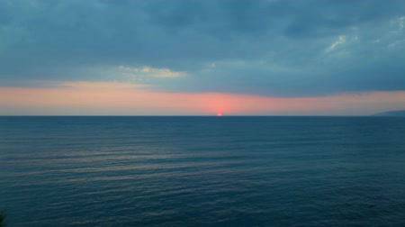 večer : The sun goes beyond the horizon and dissolves into the sea