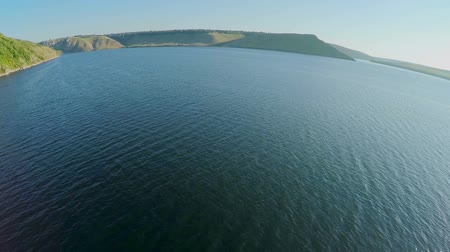 овраг : wide river with hilly islands from a birds-eye view. Dniester, Ukraine, green hills and wanding river Стоковые видеозаписи