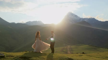 príncipe : Beautiful video of a guy and a girl in a gorgeous dress in the mountains at sunset