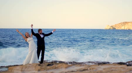 навсегда : Happy Bride and groom on the seashore on their wedding day. Happy honeymoon concept Стоковые видеозаписи