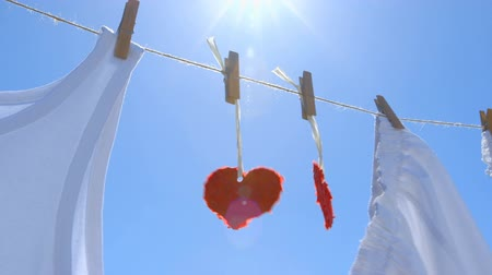 szárítókötél : Two Paper Hearts on a clothesline - symbol for love