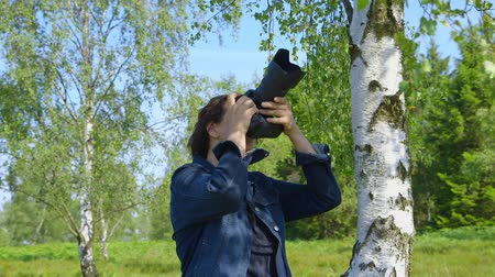 без городского : Professional nature photographer, taking pictures, using a digital SLR camera - ProRes
