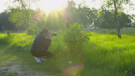 без городского : Professional nature photographer taking pictures using a digital SLR camera - slow motion, ProRes