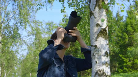 telített : Professional nature photographer, taking pictures, using a digital SLR camera - ProRes