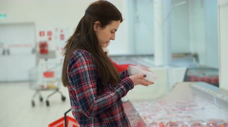 carne de porco : Footage woman buys meat in supermarket. 4k video.
