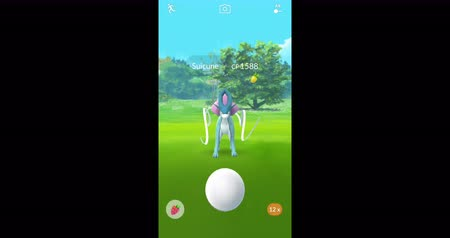 тыкать : Samara, Russia - October 2, 2017: screenshot - guy playing pokemon go on his iphone. pokemon go multiplayer game with elements of augmented reality. Suicune was caught.