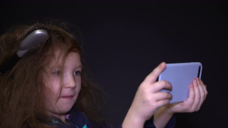 změť : Footage portrait happy girl with messy hair does selfie on her smartphone. Dostupné videozáznamy