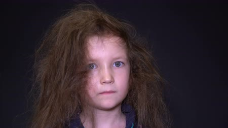 změť : Footage portrait unhappy girl with messy hair. Dostupné videozáznamy