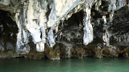 gruta : stalactites at the foot of islands in the ocean. Vídeos