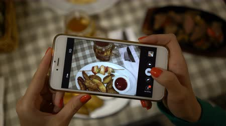špejle : close up of hands holding smartphone and taking photo of food for social networks Dostupné videozáznamy