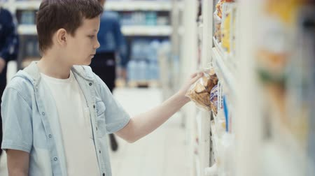troli : Boy in the shop choosing food.