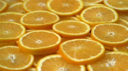 centímetro : Rotate fresh citrus oranges fruits. Seamless loop spinning sliced oranges.