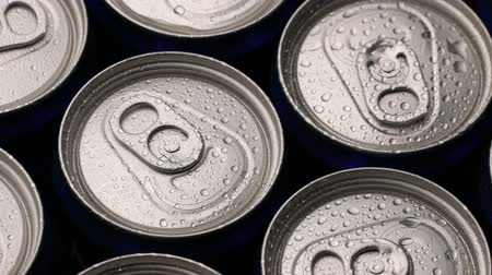 buzlu : footage water droplets on can of soda or beer rotate background. Stok Video