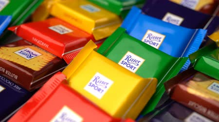 pralina : Samara, Russian Federation - August 13, 2018: Ritter sport chocolates mini rotate background. Ritter Sport - a popular German brand of chocolate, which is sold in many countries of the world. Vídeos