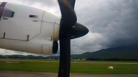 pervane : propeller of the aircraft is starting the rotation on the runway Stok Video