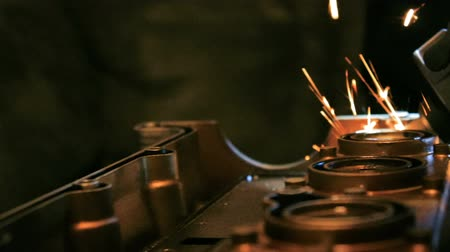 opravář : close up of engine and grinder throwing sparks