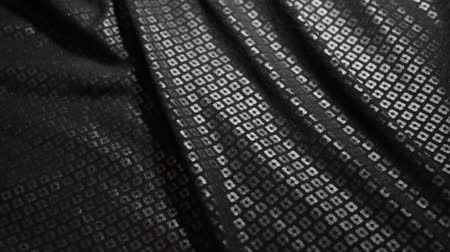 texture de paillettes noires glissant le long de la table