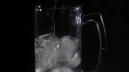 karbonatlı : water pouring over ice cubes