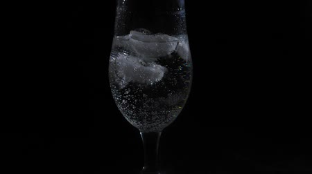 karbonatlı : sparkling water in a wine glass Stok Video