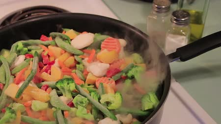 bezelye : steaming vegies in a pan