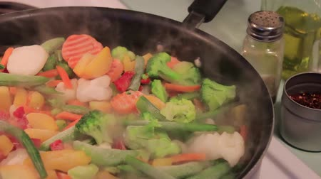 bezelye : cooking frozen vegies Stok Video
