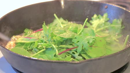 espinafre : cooking greens in pan Stock Footage