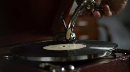 agulha : Vintage Gramophone - playing vinyl records - nostalgic memories Stock Footage