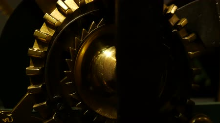 заводной : Close-up of old rusty gears, transmission wheels. Close-up view. Стоковые видеозаписи