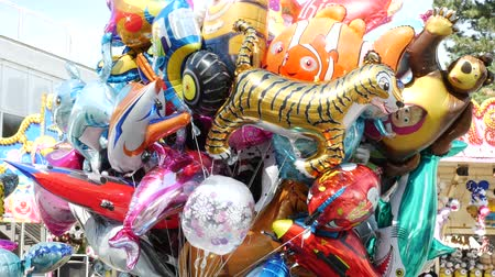 více barevné : Colorful balloons filled with helium. Balloons in the form of animals, hearts, worms and more. Dostupné videozáznamy
