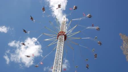 経験 : Flying swing carousel. View from the bottom of a carousel, which rotates at high speed.