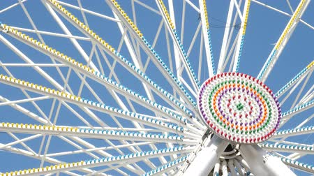 entusiasmo : Ferris Wheel at amusement park. View of the center of the carousel that rotates at a slow speed.