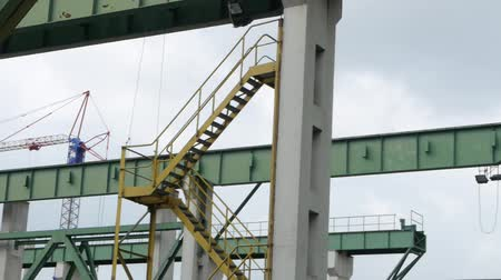 Gantry crane with construction elements and access stairs Vídeos