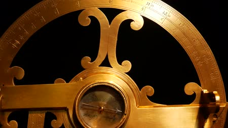 An ancient naval astrolabe. Measure latitude and longitude. Vídeos