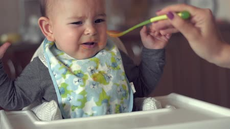 iştah : Cute baby does not want to eat her food spoon fed mother problem solids slow motion Stok Video