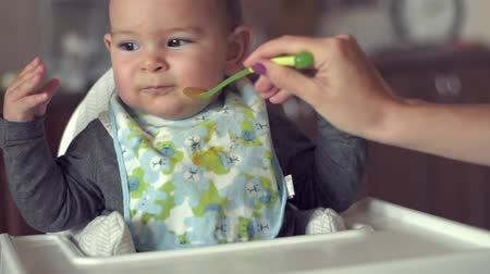 faminto : Cute baby does not want to eat her food spoon fed mother problem solids slow motion Vídeos