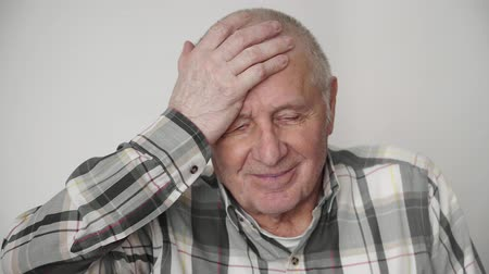 dor de cabeça : Mature old elderly man has a headache at home health problem retirement time 4k