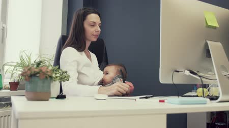 příloha : Working mother with toddler at baby friendly office, working sucsessful female entrepreneur modern motherhood Dostupné videozáznamy