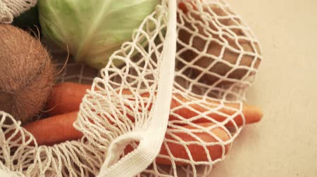 reutilizável : Recycling mesh string bag full of vegetables and fruits, eco frindly no plastic concept 4k