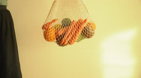 tendência : Recycling mesh string bag full of vegetables and fruits, eco frindly no plastic concept 4k