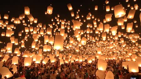 tajlandia : Floating lanterns in Yee Peng Festival, Loy Krathong celebration in Chiangmai, Thailand. Wide angle view.