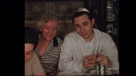 tradição : Portrait of 50s Jewish family at Passover seder Stock Footage