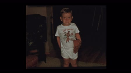 beisebol : Adorable little boy plays baseball inside in underwear 1955