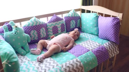 cobertor : Beautiful little girl lying in a cot