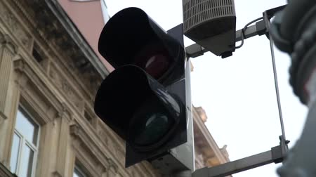 rehberlik : Stoplight. Traffic lights work in a big city at a crossroads. Slow motion. Stok Video