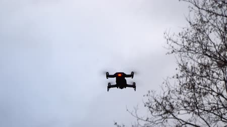 hélice : Quadcopter in the air. Quadcopter shoots video in the autumn forest.
