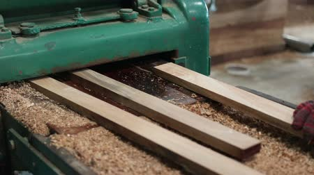 meubelmaker : Heavy duty wood thickness planer machine with a piece of wooden Stockvideo