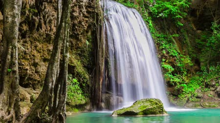 floresta tropical : Waterfall National park arawan Beautiful nature waterfall in Southeast Asia.